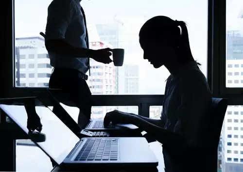 """ऑफिसमधील महिला कर्मचाऱ्यांना म्हणत होता """"माय लव्ह, स्विटी, हनी…'; कंपनीने कामावरून काढून टाकले!"""